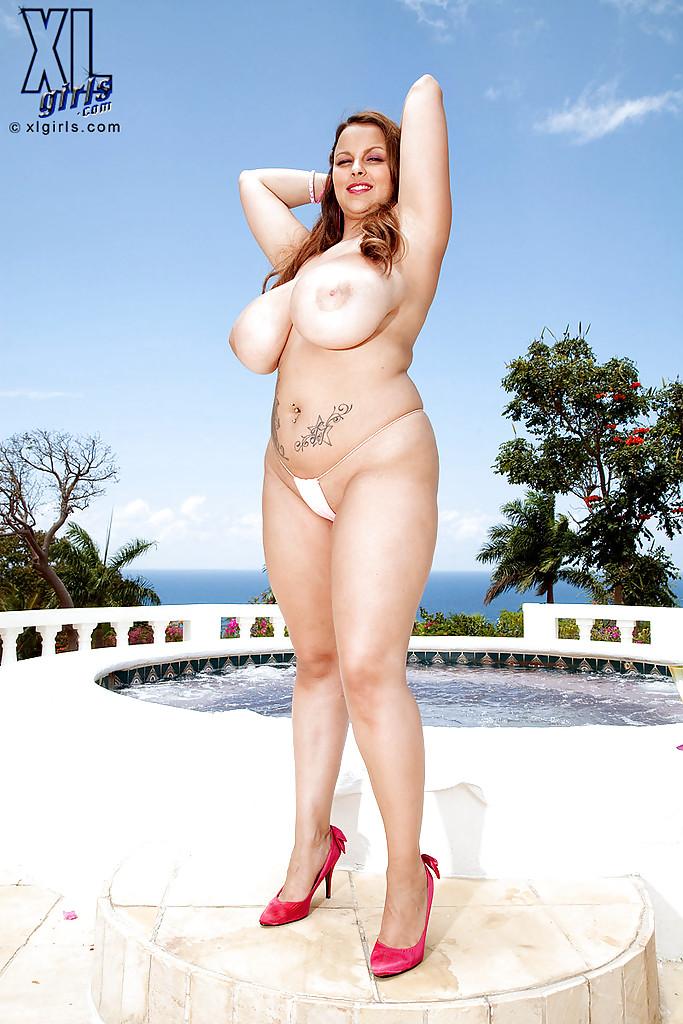 Пухлая мадам Terri Jane резвится возле сауны - фото #8