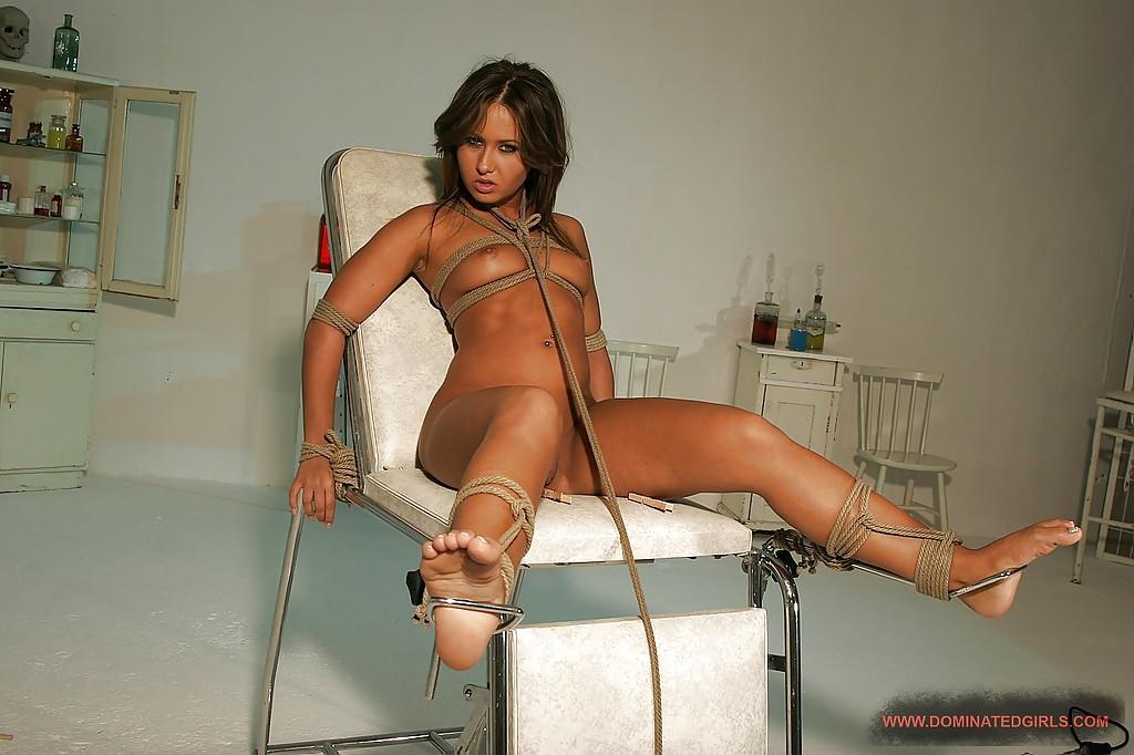 Покорную рабыню связали перед сексом - фото #1