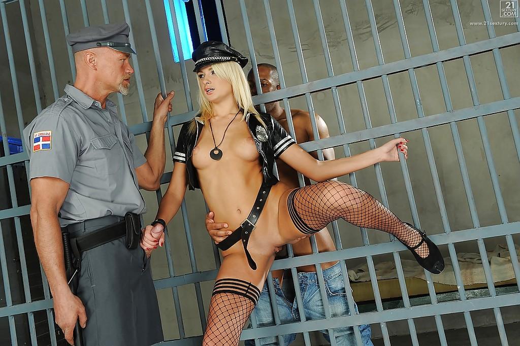 Полицейская Ivana Sugar получила члены в обе дырочки - фото #2