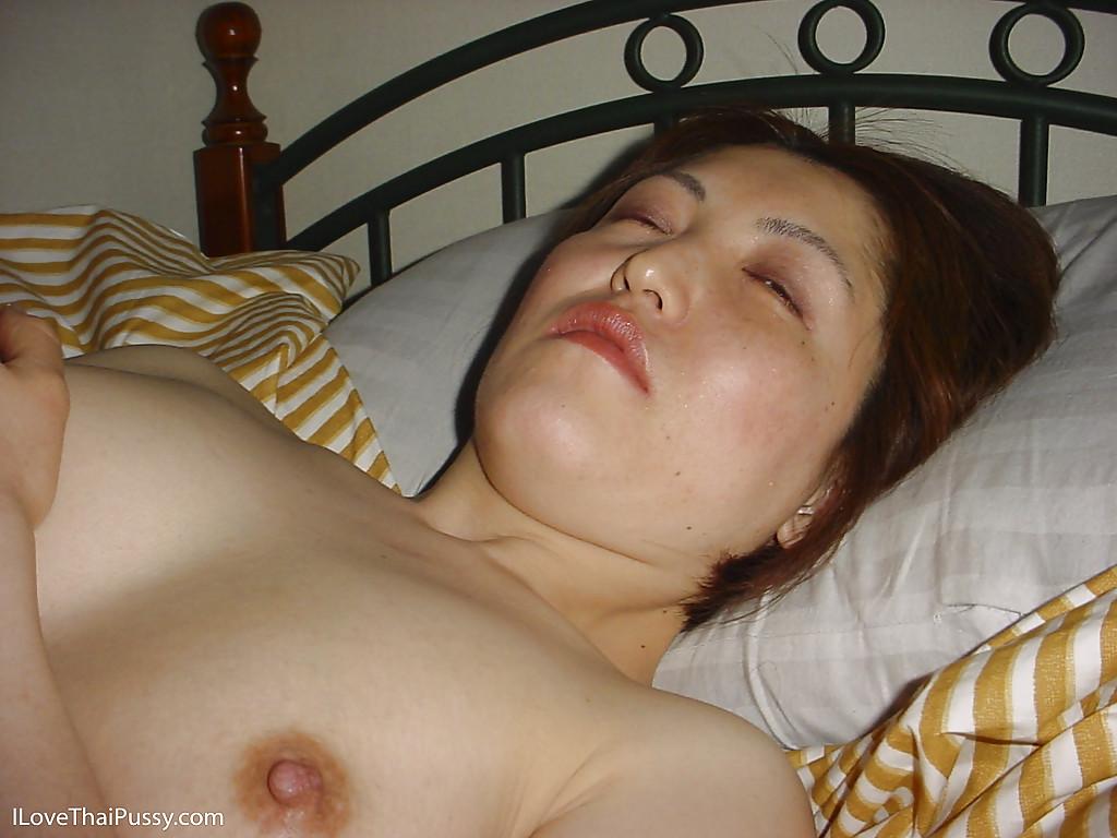 Фотограф привязывает кореянку к постели и дает ей член - фото #10