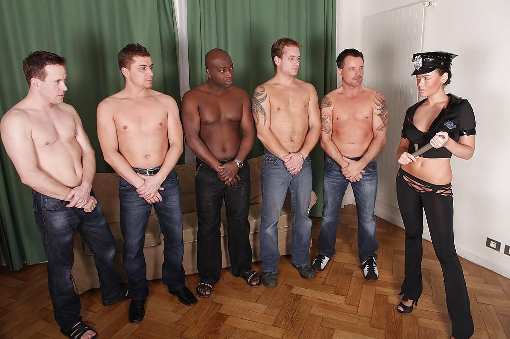 Красотка доминирует в групповом сексе - фото #0