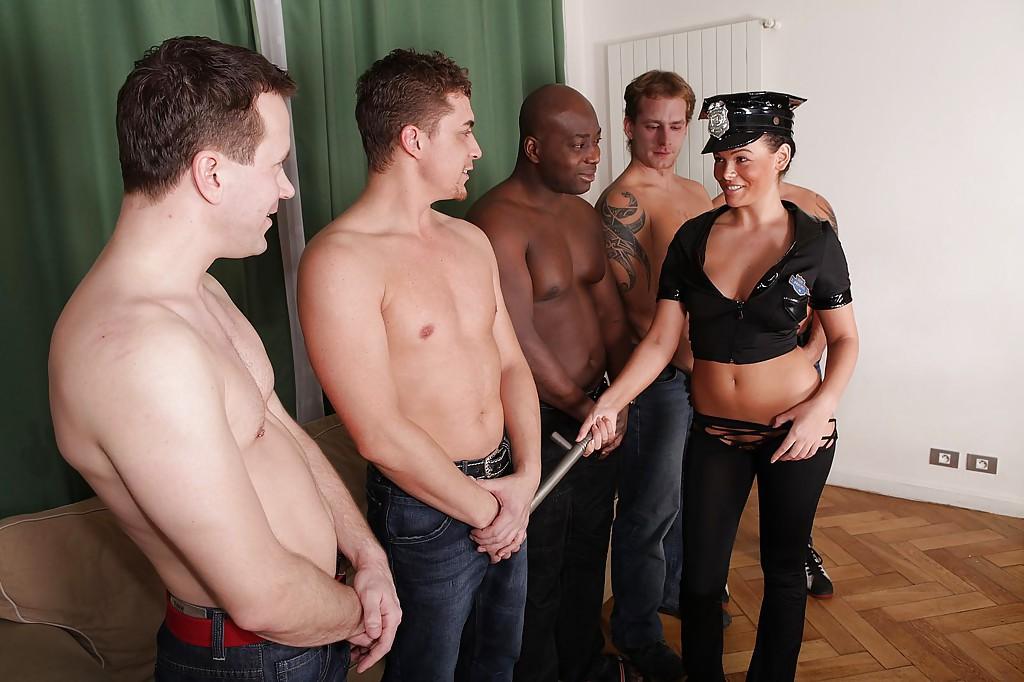 Красотка доминирует в групповом сексе - фото #1