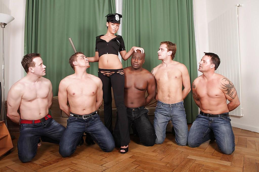 Красотка доминирует в групповом сексе - фото #2