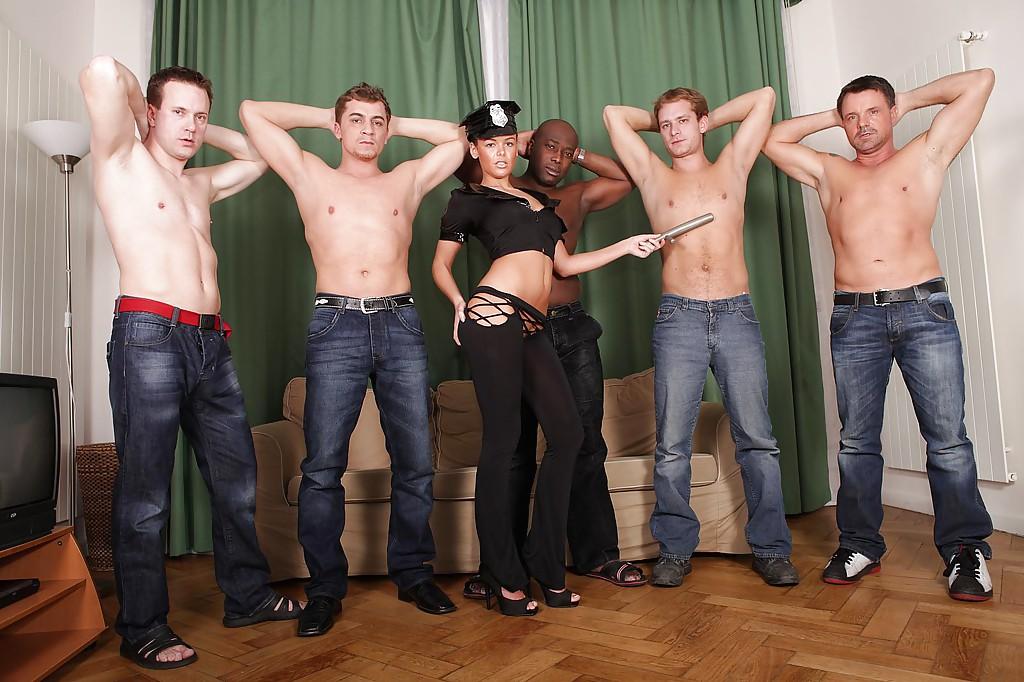 Красотка доминирует в групповом сексе - фото #3