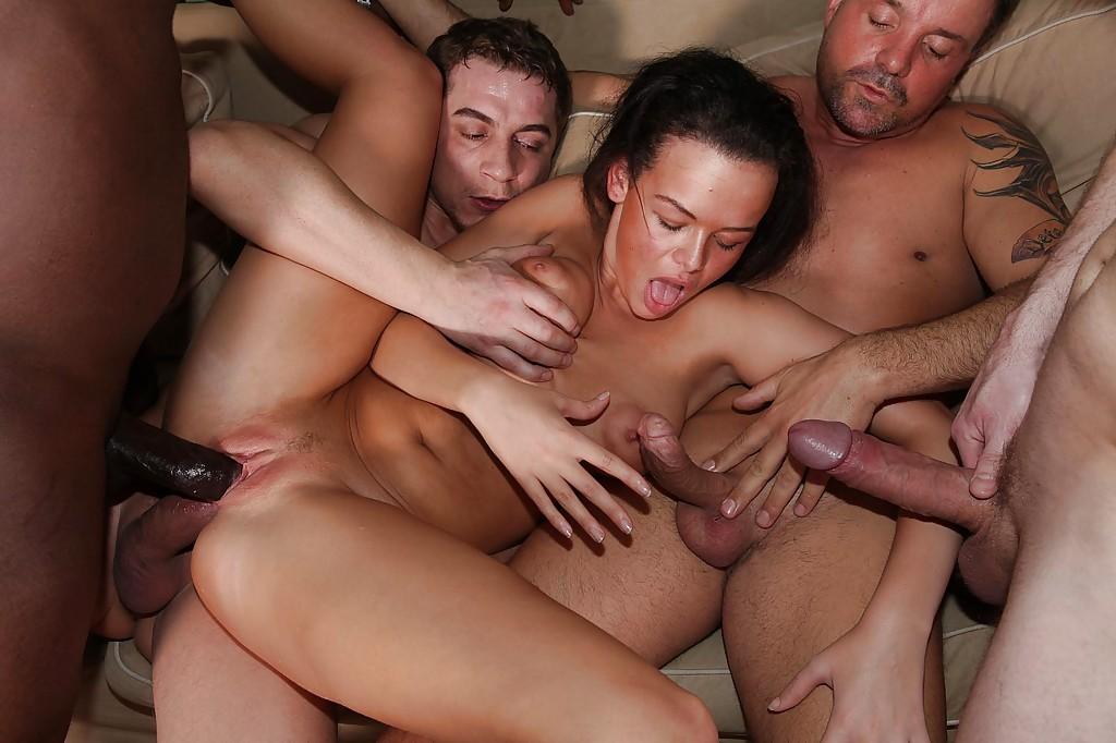 Красотка доминирует в групповом сексе - фото #13