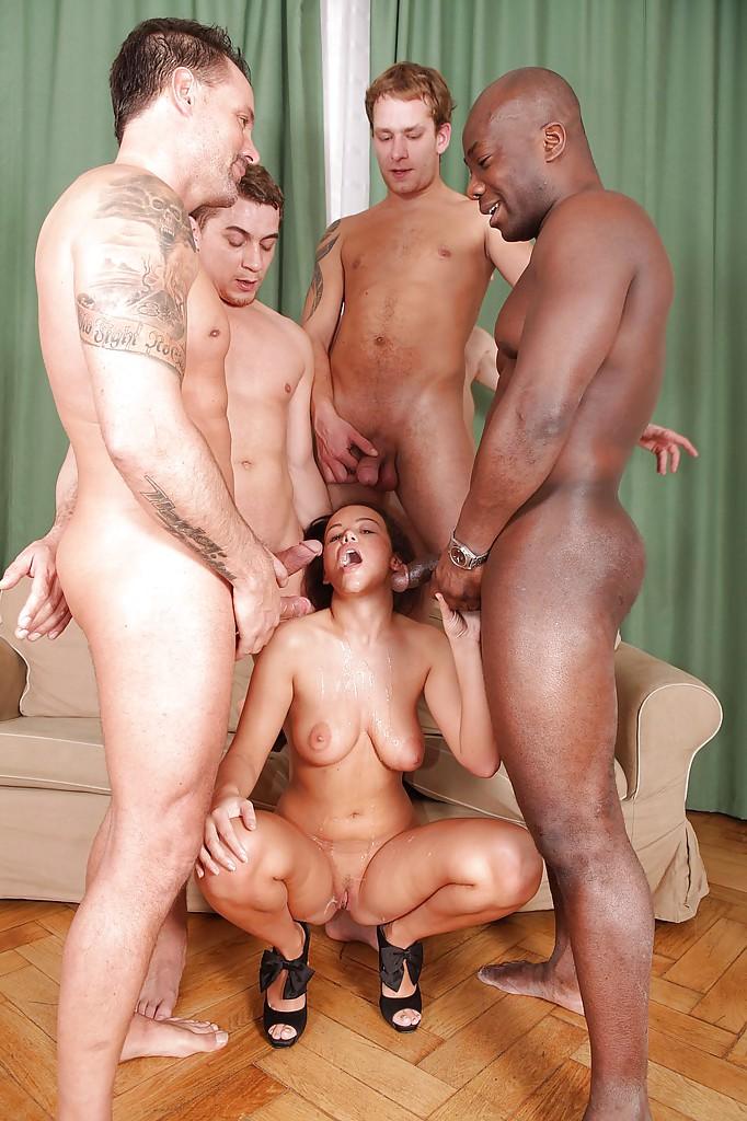 Красотка доминирует в групповом сексе - фото #14