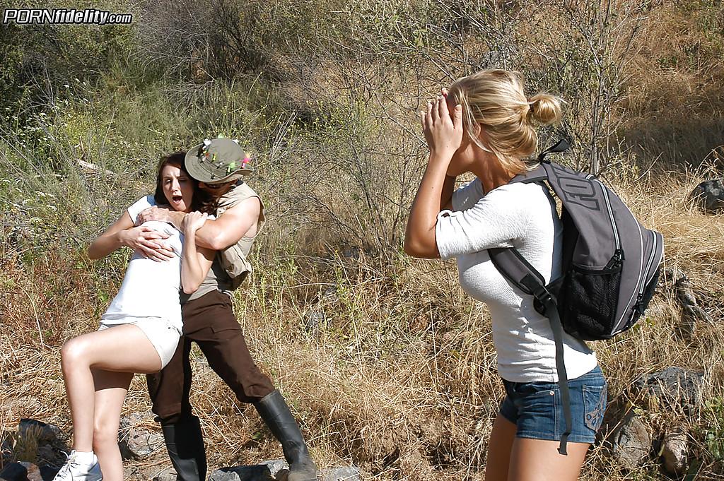 Молодых туристок отымели в походе - фото #1
