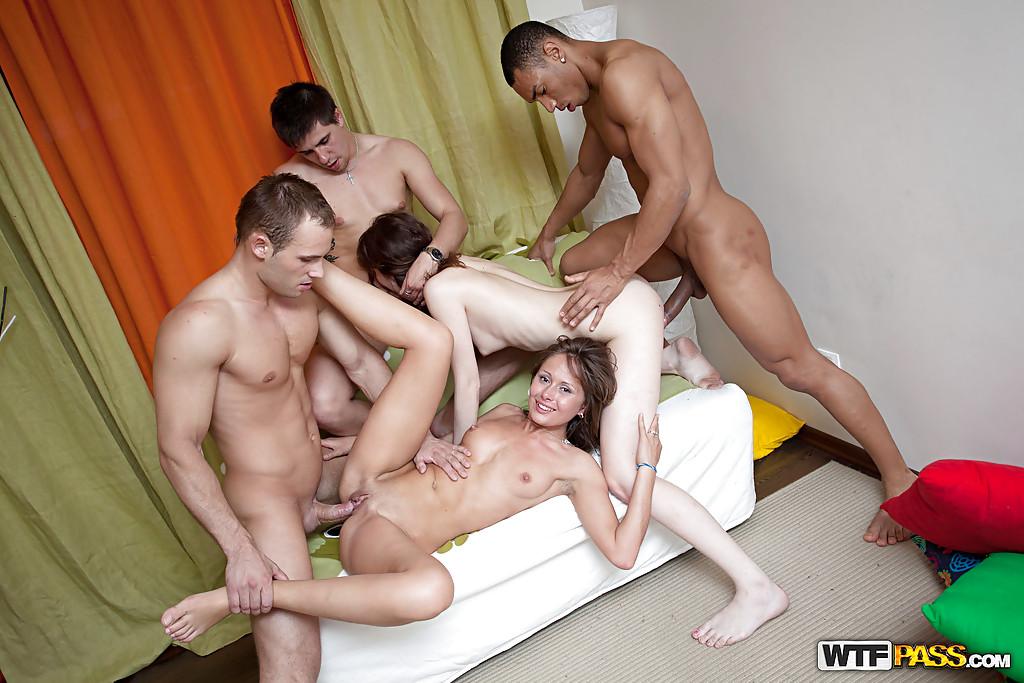 Студенты устроили настоящую секс-вечеринку - фото #8
