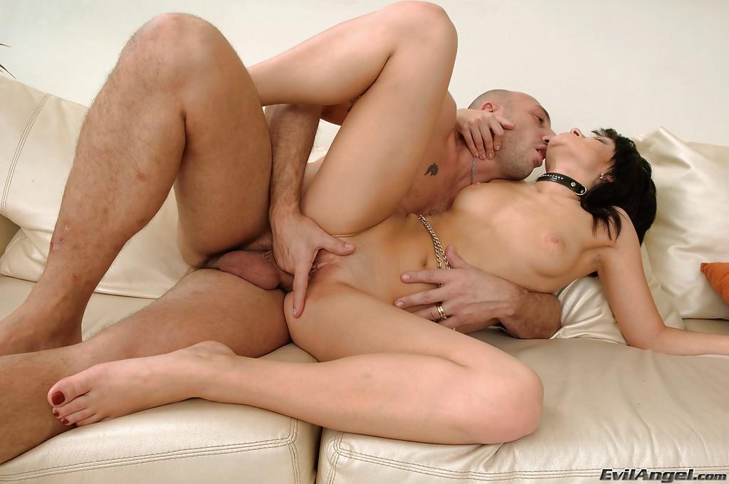 Лысый мужичок растягивает дырки жгучей брюнетки Джулии Бонд - фото #5