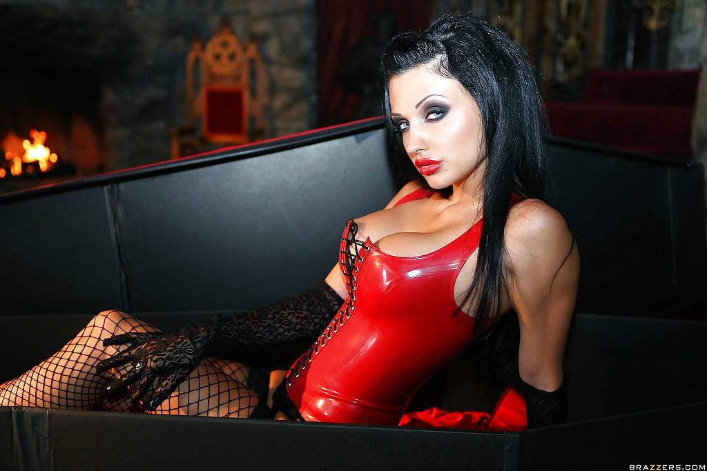 Коварная вампирша Aletta Ocean обожает мужские члены