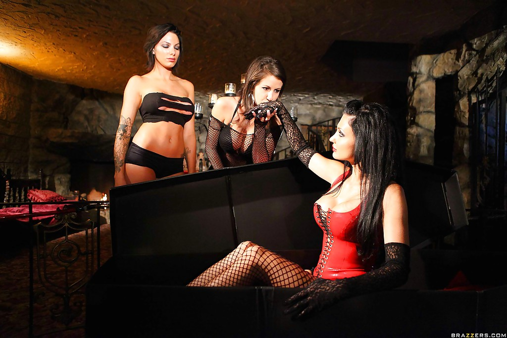Коварная вампирша Aletta Ocean обожает мужские члены - фото #1