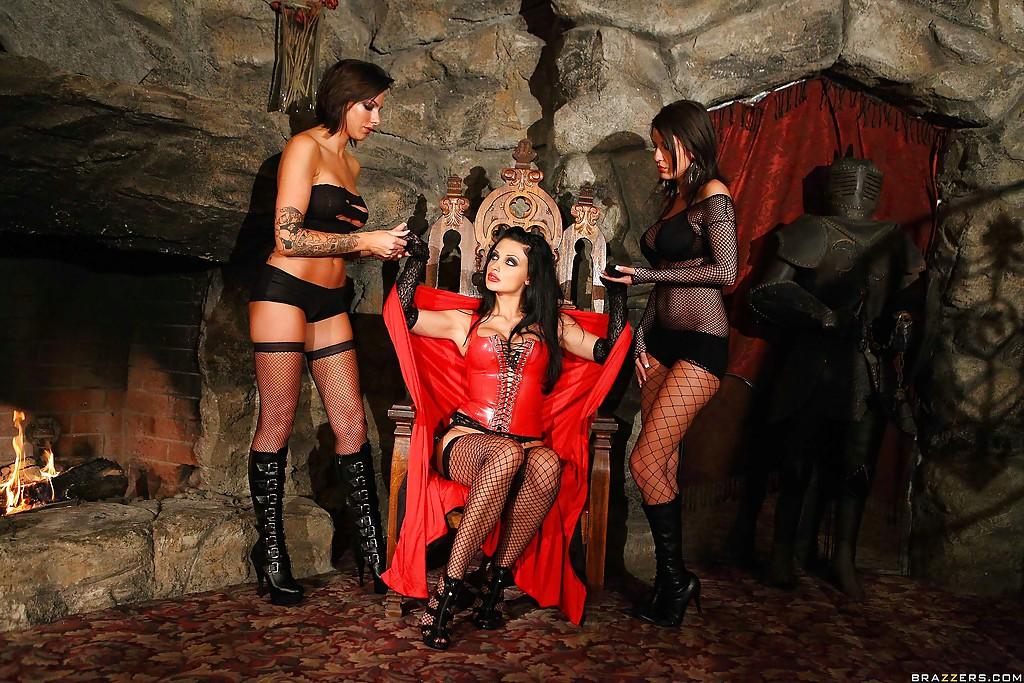 Коварная вампирша Aletta Ocean обожает мужские члены - фото #2