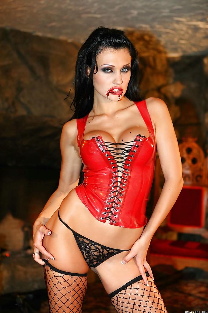 Коварная вампирша Aletta Ocean обожает мужские члены - фото #3