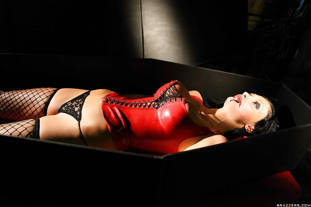 Коварная вампирша Aletta Ocean обожает мужские члены - фото #5