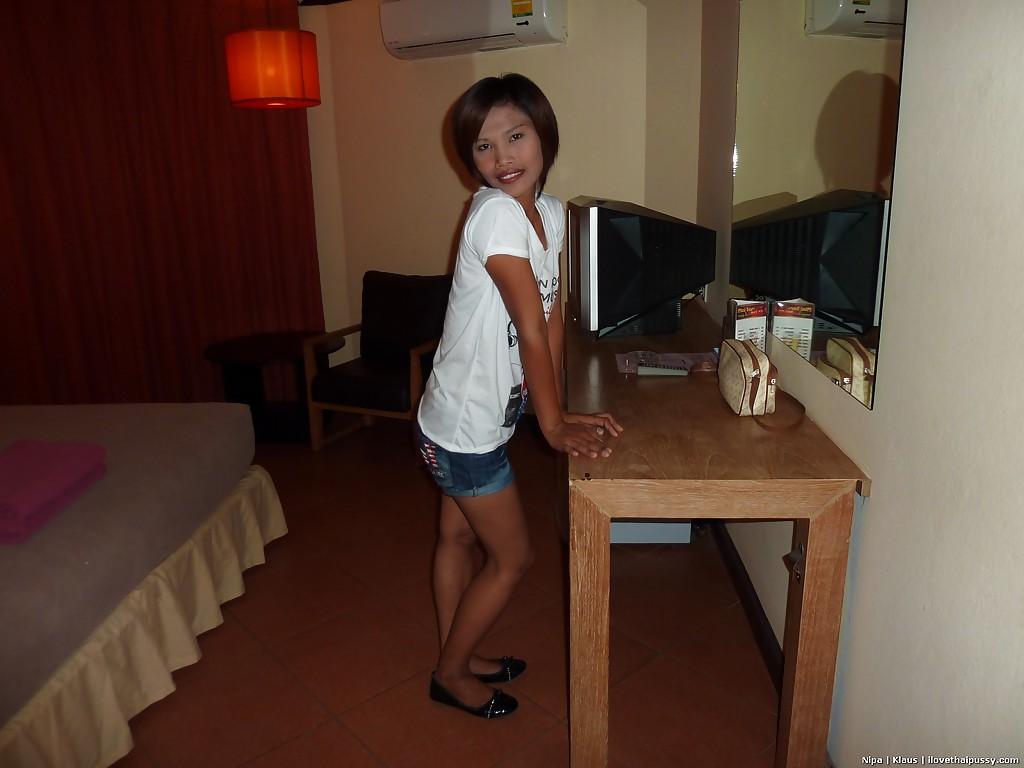 Азиатская домохозяйка принимает душ - фото #1