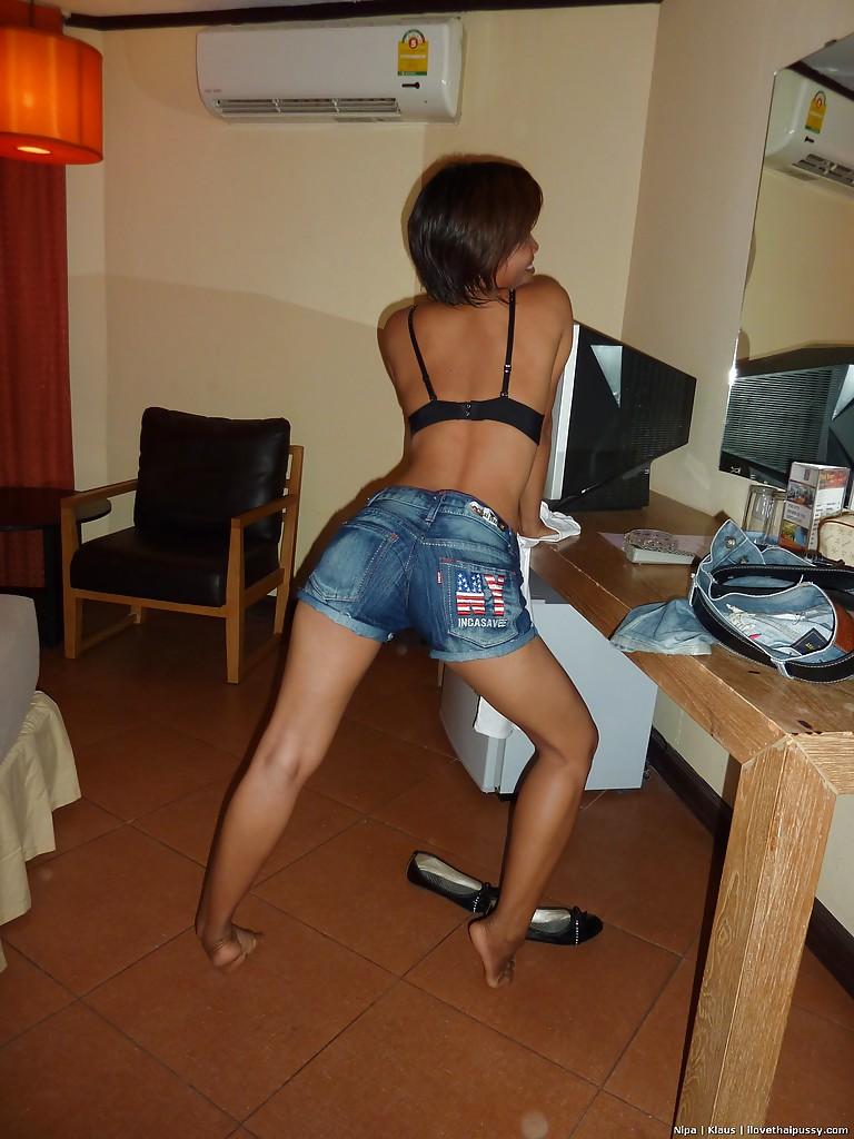 Азиатская домохозяйка принимает душ - фото #14