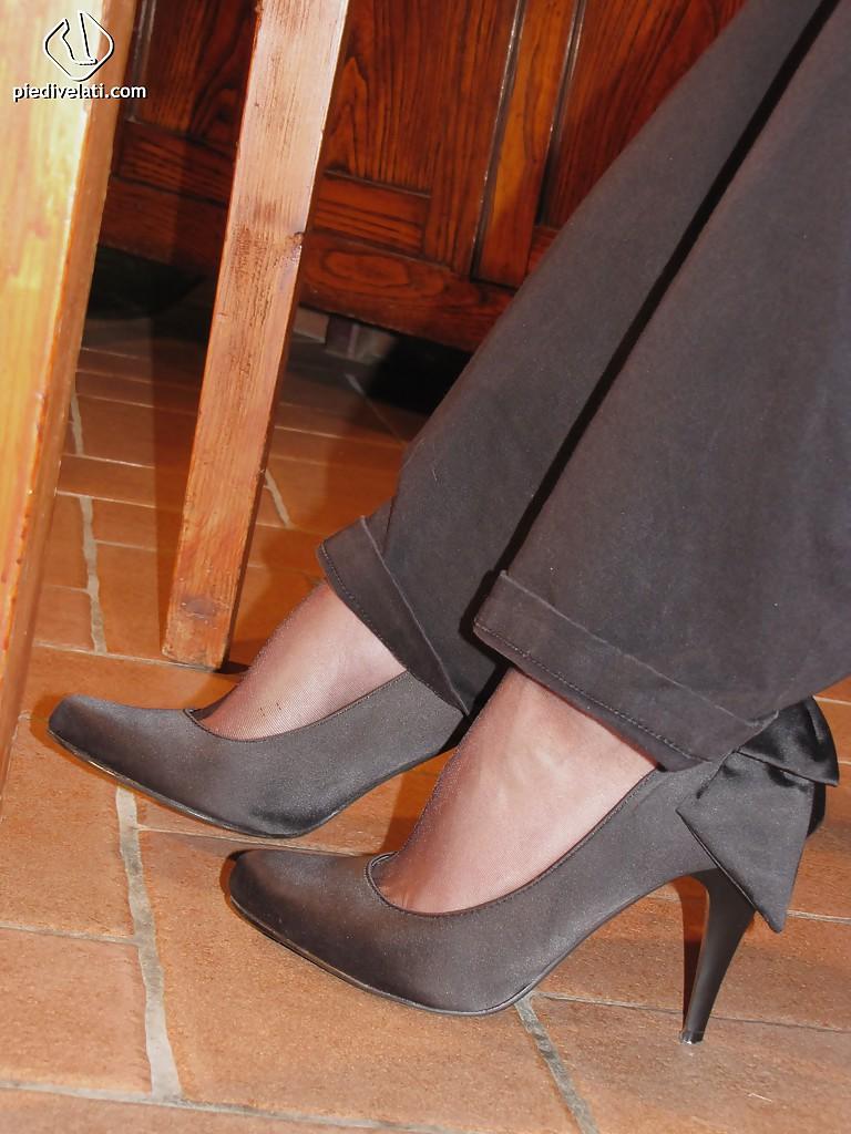 Симпатичная латинка показывает вблизи ножки - фото #2