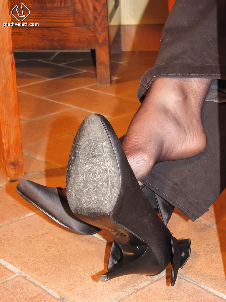 Симпатичная латинка показывает вблизи ножки - фото #3