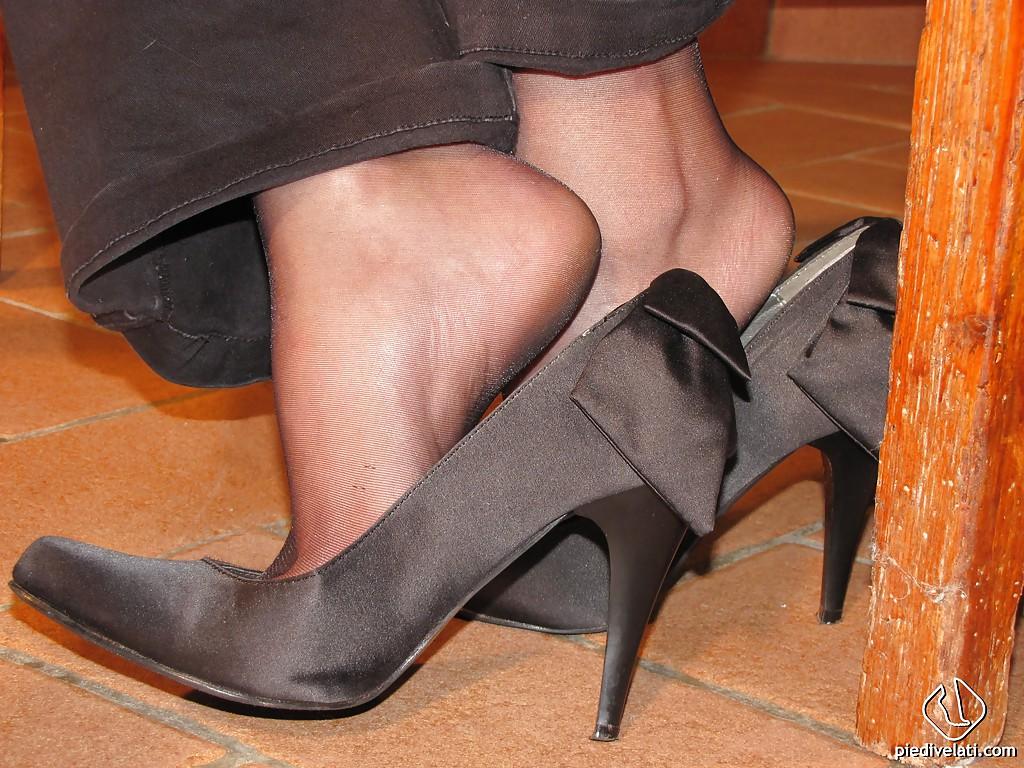 Симпатичная латинка показывает вблизи ножки - фото #4