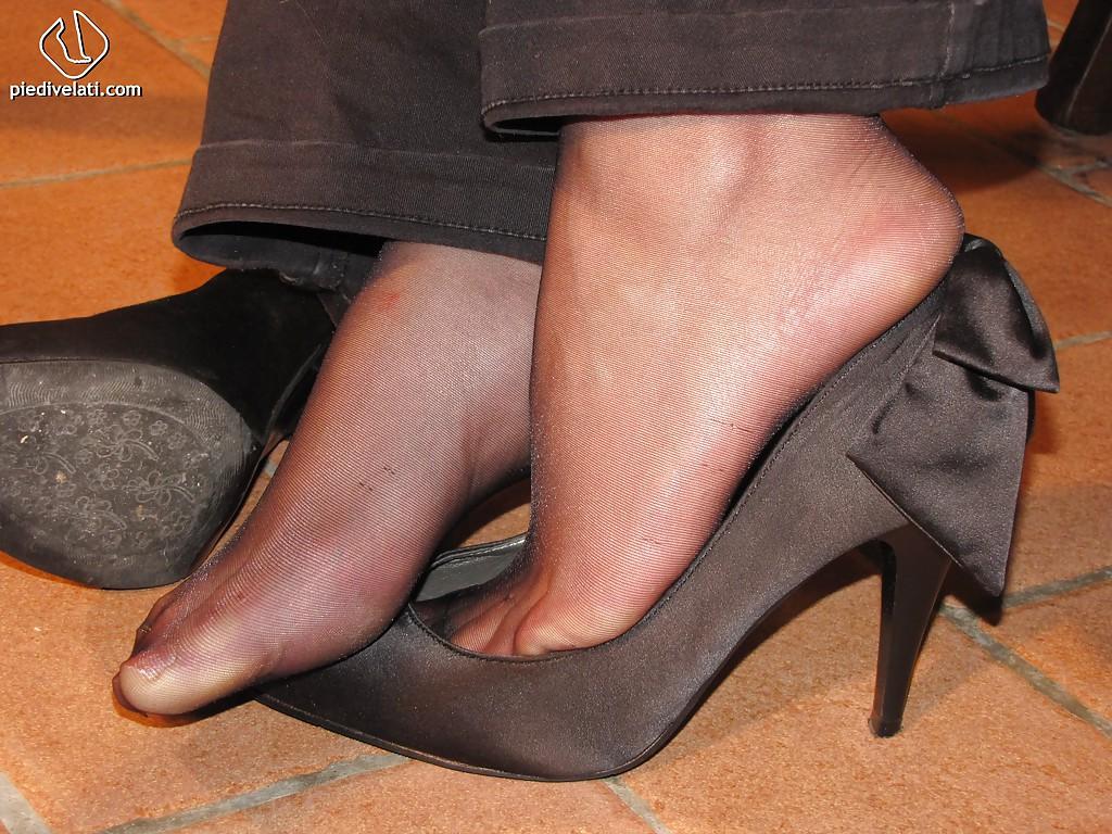 Симпатичная латинка показывает вблизи ножки - фото #5