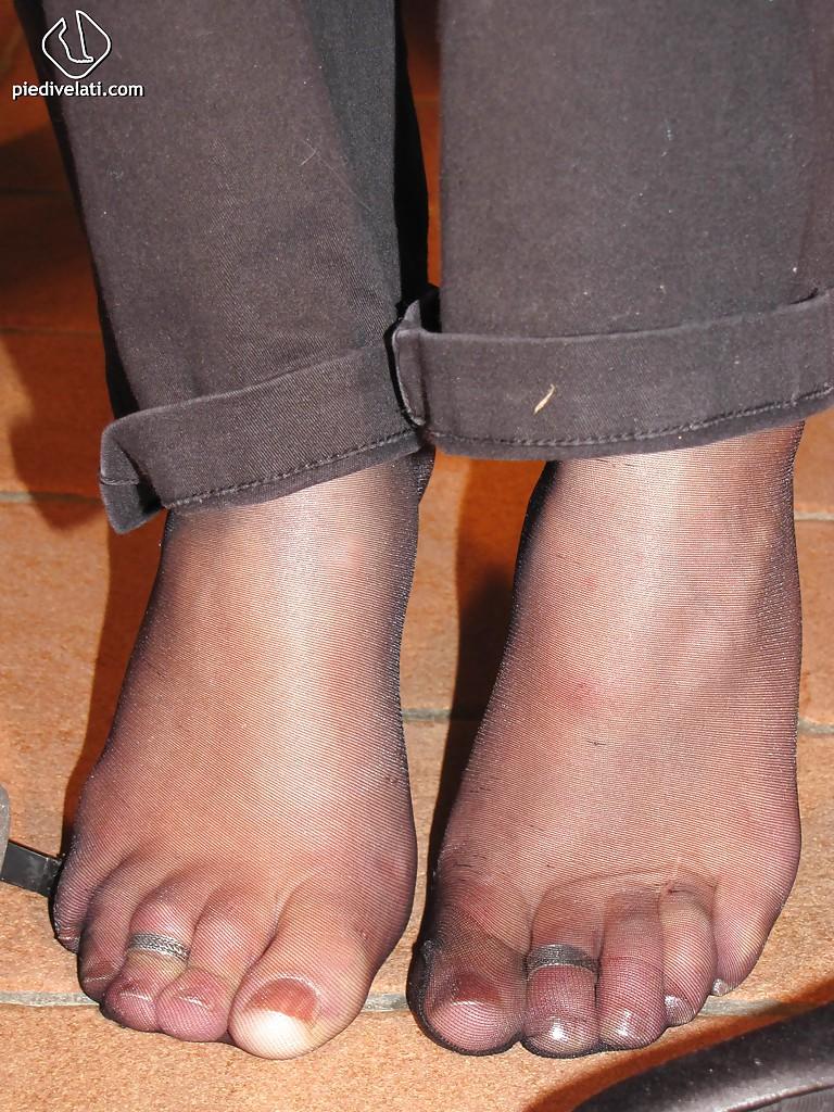 Симпатичная латинка показывает вблизи ножки - фото #6