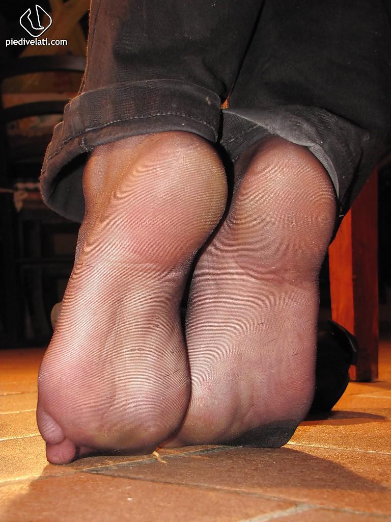 Симпатичная латинка показывает вблизи ножки - фото #7