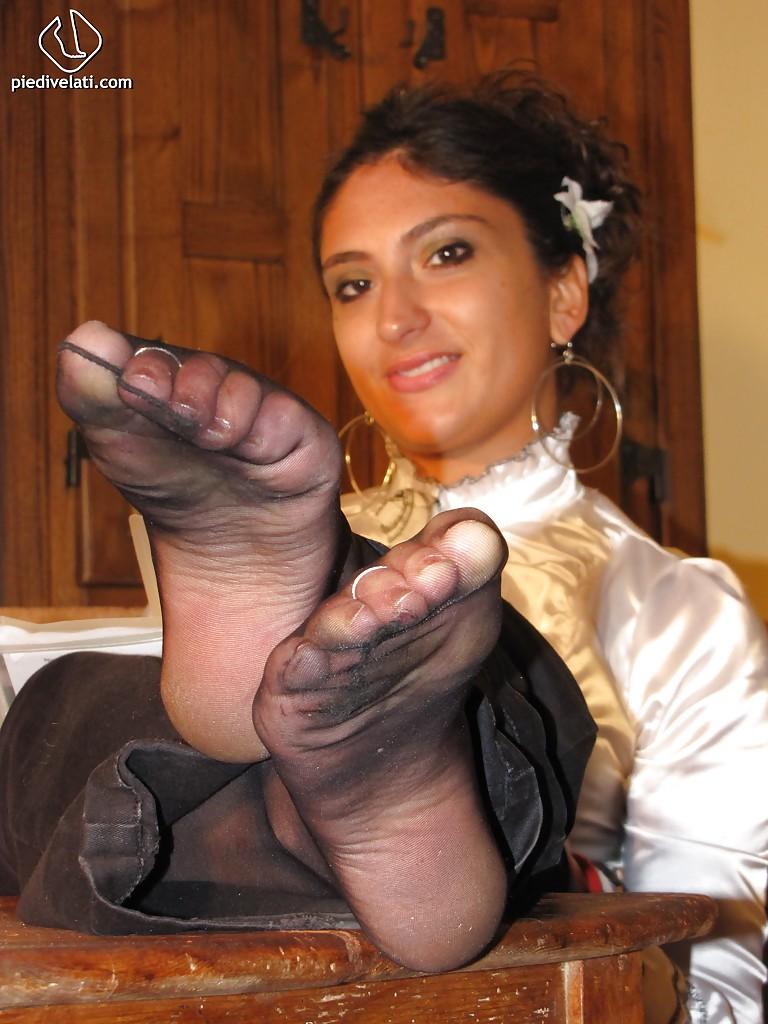 Симпатичная латинка показывает вблизи ножки - фото #8
