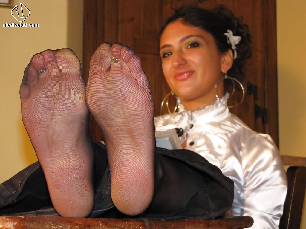 Симпатичная латинка показывает вблизи ножки - фото #10