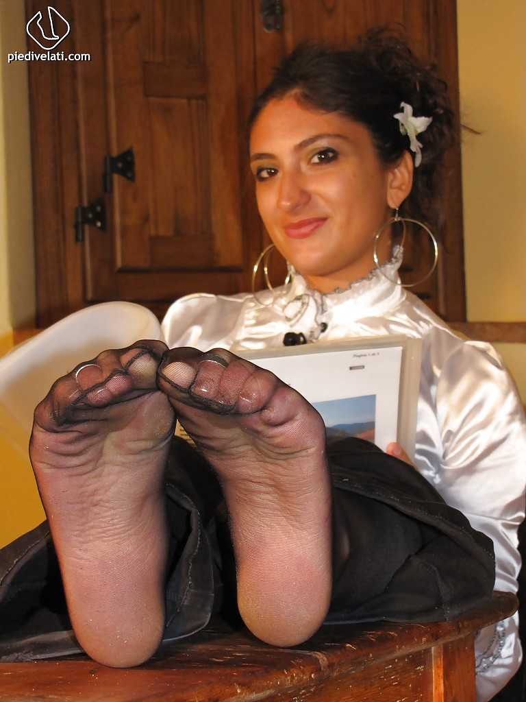Симпатичная латинка показывает вблизи ножки - фото #11