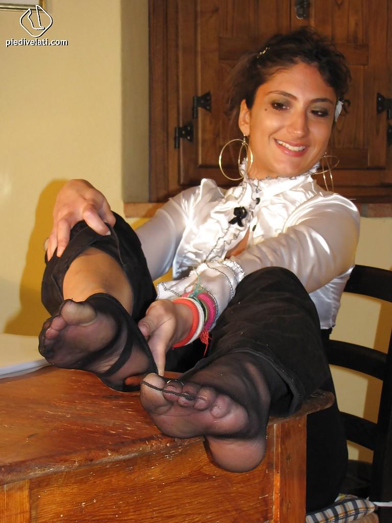 Симпатичная латинка показывает вблизи ножки - фото #12