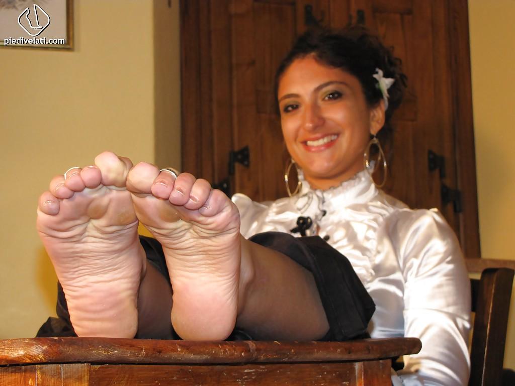 Симпатичная латинка показывает вблизи ножки - фото #15