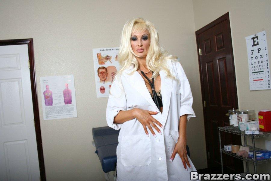 Сексуальная врачиха ждет пациента на прием - фото #0