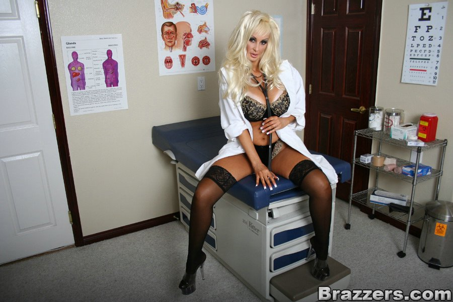 Сексуальная врачиха ждет пациента на прием - фото #3
