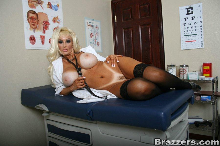 Сексуальная врачиха ждет пациента на прием - фото #13