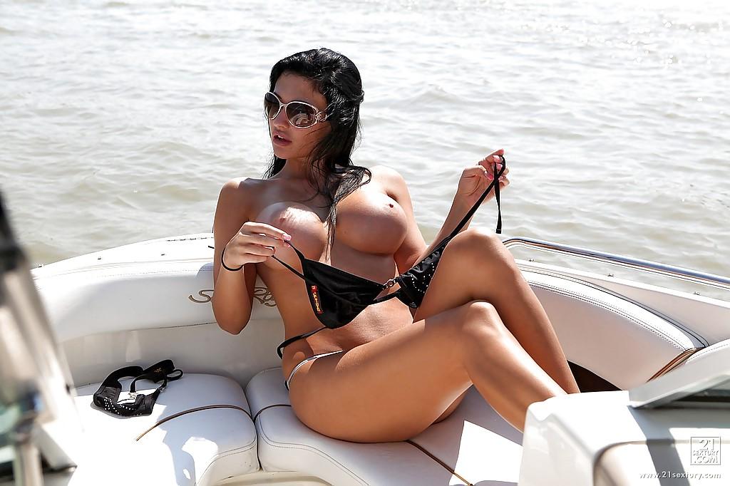 Жена олигарха писает с яхты в море - фото #1