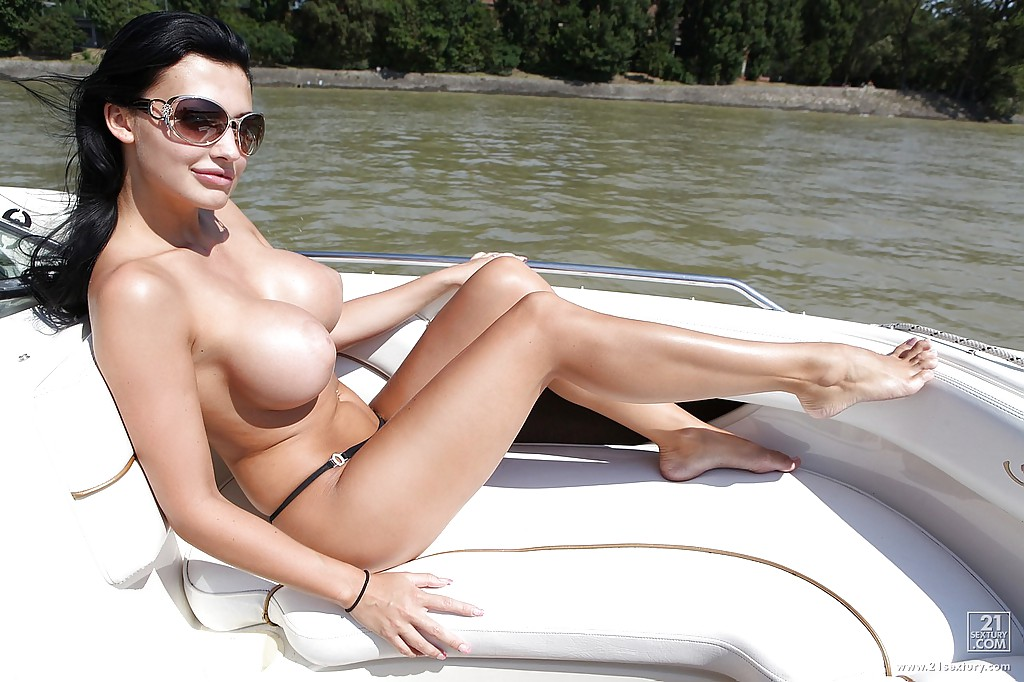 Жена олигарха писает с яхты в море - фото #3