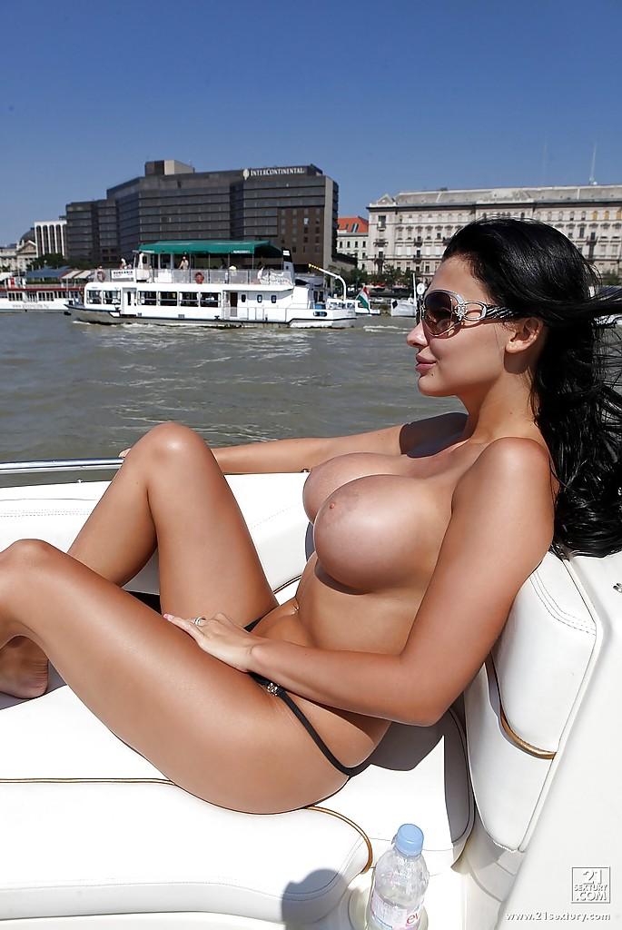 Жена олигарха писает с яхты в море - фото #5