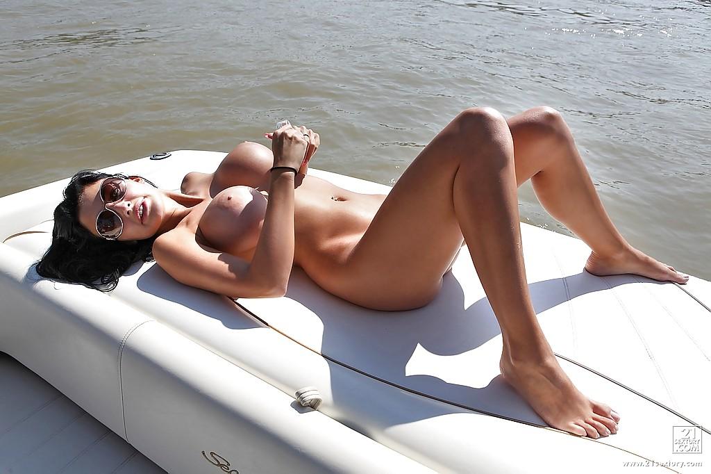 Жена олигарха писает с яхты в море - фото #8