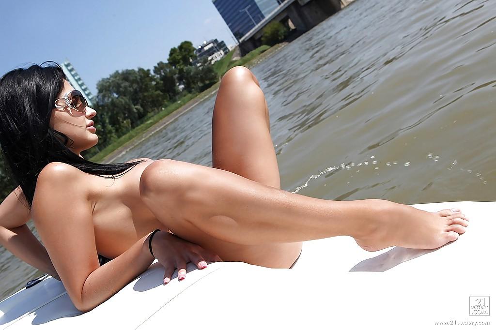 Жена олигарха писает с яхты в море - фото #9