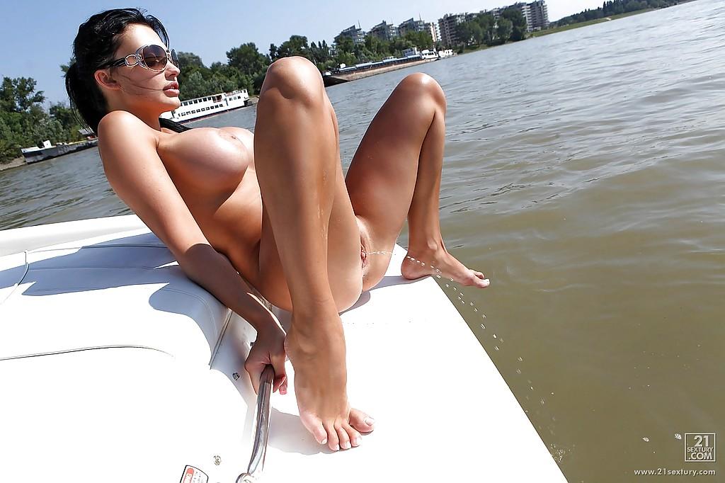 Жена олигарха писает с яхты в море - фото #14