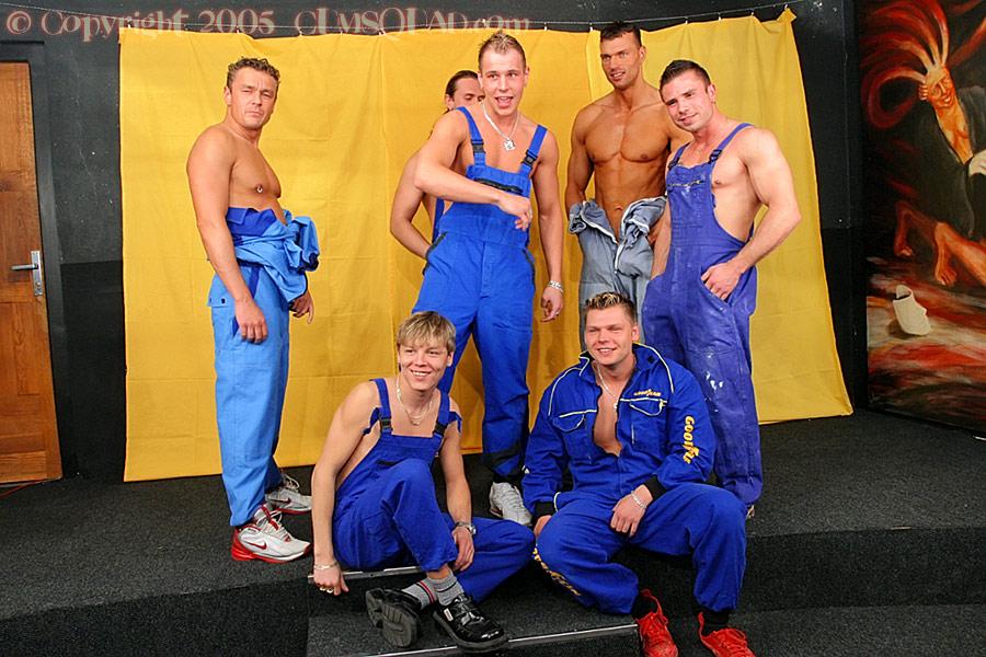 Толпа мужиков залила девушку спермой - фото #0