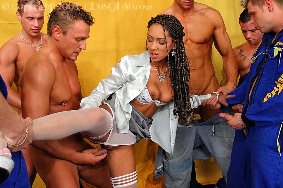 Толпа мужиков залила девушку спермой - фото #10