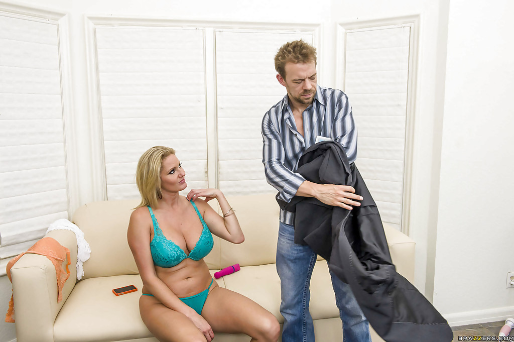 Мужик трахнул в зад блондинку Zoey Holiday в анал