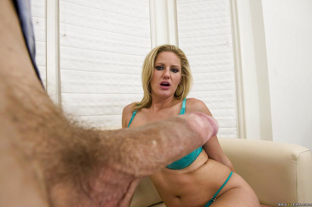 Мужик трахнул в зад блондинку Zoey Holiday в анал - фото #2
