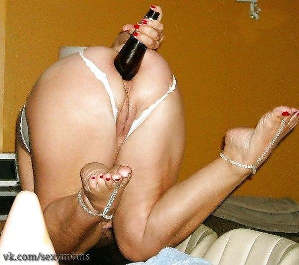Извращенки выполняют фистинг бутылками - фото #1