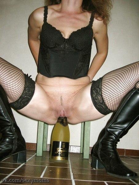 Извращенки выполняют фистинг бутылками - фото #6