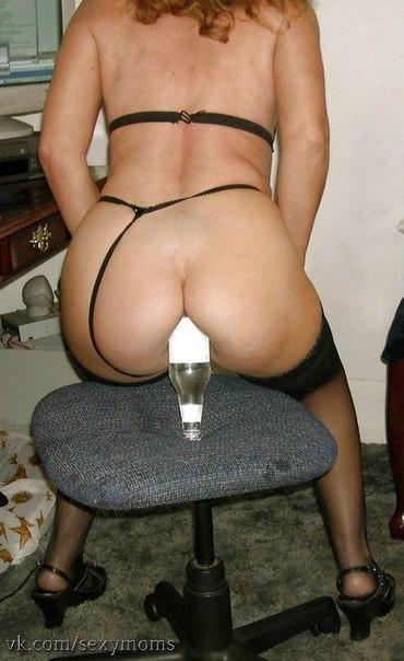 Извращенки выполняют фистинг бутылками - фото #11