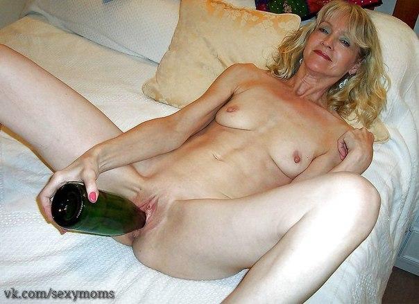 Извращенки выполняют фистинг бутылками - фото #14