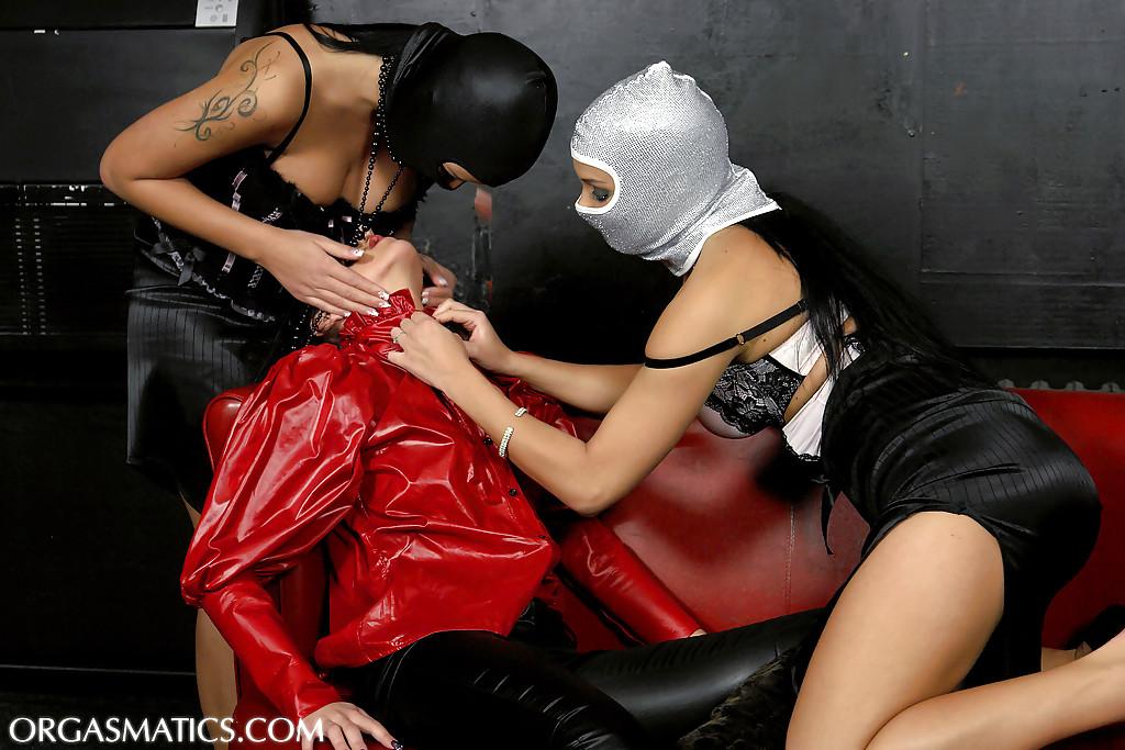 Девушки в масках раздевают красотку - фото #8