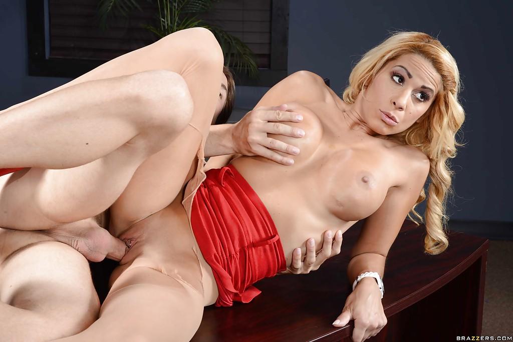 Секретарша провела начальника и трахнулась на столе с любовником - фото #12